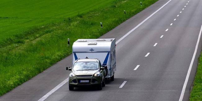 Tracter une caravane : quel permis, quel véhicule, quelle réglementation ?