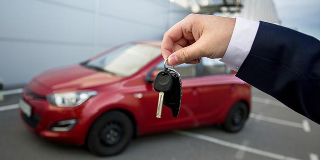 En leasing (LOA ou LLD), qui est propriétaire du véhicule ? A quel nom est la carte grise ?